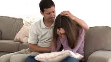 Homem consolando sua namorada triste — Vídeo Stock