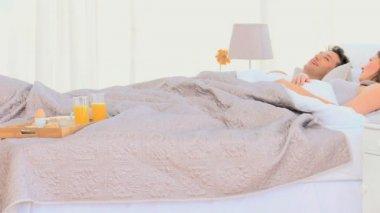 Couple having breakfast in bed — Stock Video