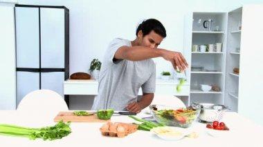Uomo preparare un'insalata a pranzo — Video Stock