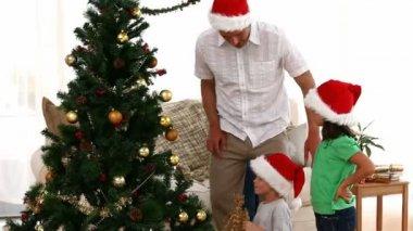 Ojciec pomoc syna, aby umieścić gwiazda na choinkę — Wideo stockowe