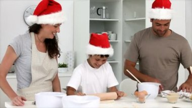Family cooking cakes for Christmas — Stock Video