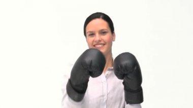 Bella mujer con negros guantes de boxeo — Vídeo de Stock