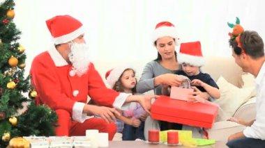 サンタ クロースとクリスマスのギフトを開く家族 — ストックビデオ