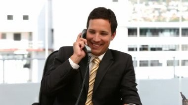 Cheerful businessman on the phone — Vídeo Stock