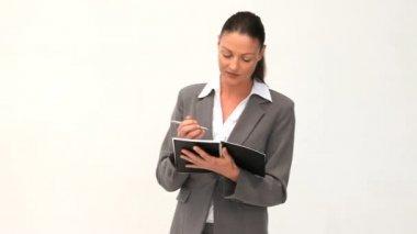 Imprenditrice scrivendo su un blocco note — Video Stock