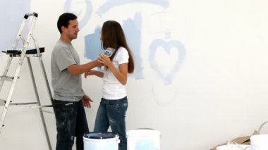 Couple painting a wall in blue — Stock Video