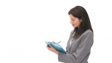 улыбаясь бизнесмен, писать на ее ноутбука — Стоковое видео