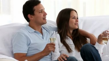 Paar champagne drinken samen — Stockvideo
