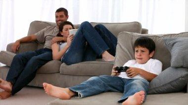 Família reunida no sofá — Vídeo stock