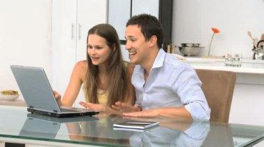 Młoda para oglądania filmów na laptopa — Wideo stockowe