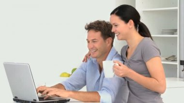 Couple looking at a video on the laptop — Stockvideo