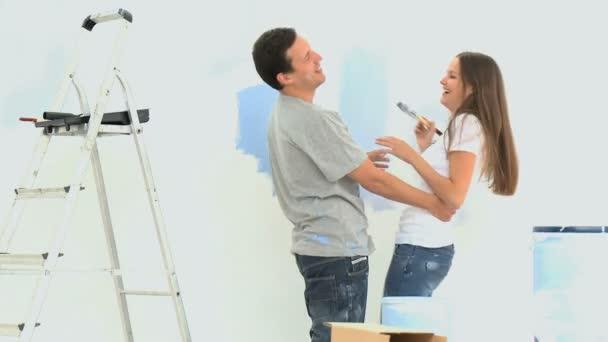 Femme s'amuser avec son petit ami lors d'une rénovation — Vidéo