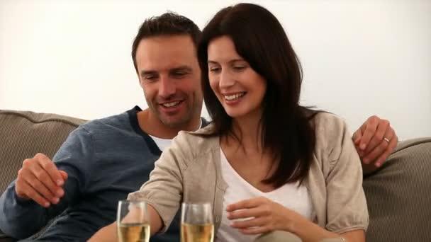 Couple de grillage avec vin blanc — Vidéo