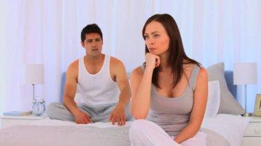 Paar mit einer Streitigkeit auf ihrem Bett — Stockvideo
