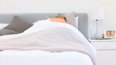 Retired woman waking up with a pain back — Stock Video