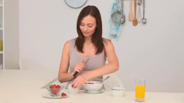 Smiling brunette preparing strawberries — Stock Video