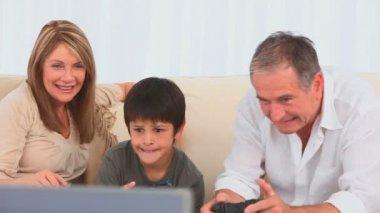 Семья, играя в видео игры — Стоковое видео