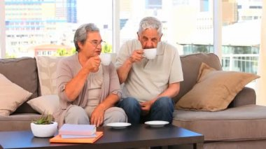 Retired couple drinking a cup of tea — Vídeo stock