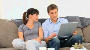 Młoda para za pomocą laptopa — Wideo stockowe