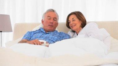 Elderly couple watching tv — Stock Video
