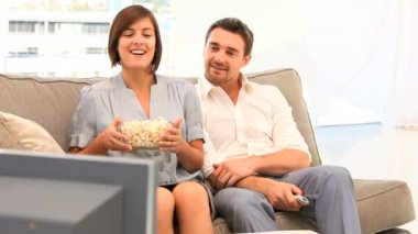 Young couple watching tv with popcorn — Stock Video