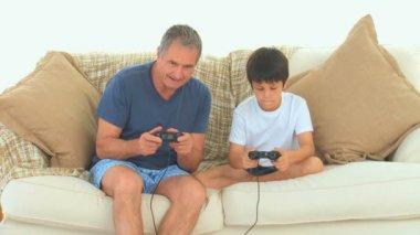 Um avô jogando videogame — Vídeo stock