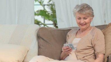 возрасте женщина игральные карты — Стоковое видео