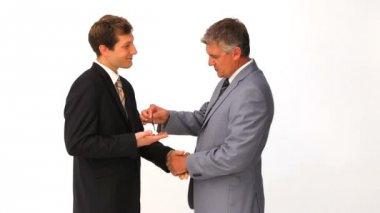 бизнесмен, давая ключи от нового дома другому человеку — Стоковое видео