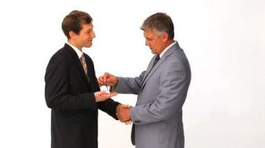 Empresário dando as chaves de uma nova casa com outro homem — Vídeo Stock