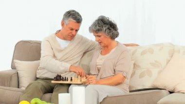 下棋的老年夫妇 — 图库视频影像