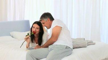 Agedd milieu beau couple avec une rose — Vidéo