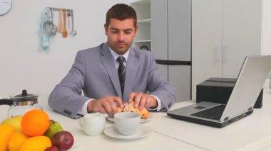 бизнесмен, принимая его завтрак — Стоковое видео