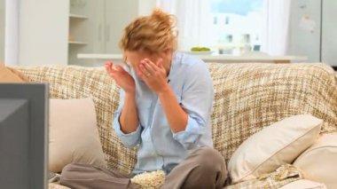 Salientou a mulher assistindo a uma partida — Vídeo Stock