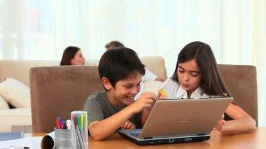Enfants à l'aide d'un ordinateur portable — Vidéo