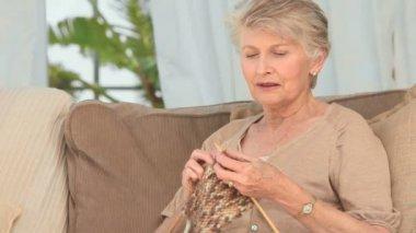 Pretty elderly woman knitting — Stock Video
