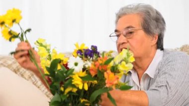 Senior woman making a bunch flowers — Stock Video