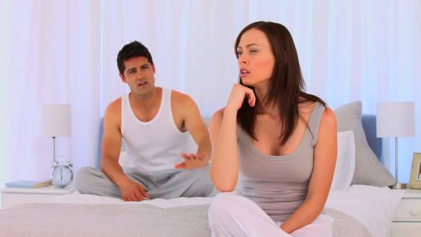 Par tener una disputa sobre su cama — Vídeo de stock