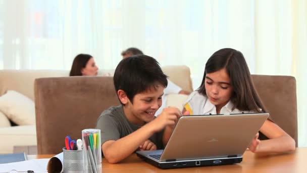 Niños que usan una computadora portátil — Vídeo de stock