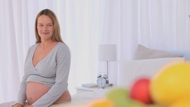 Hombre ofrece una pequeña flor a su esposa embarazada — Vídeo de stock