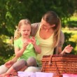 Royalty-Free Stock Vektorgrafik: Mother and daughter eating watermelon