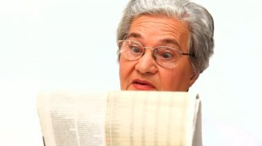 Mature woman reading the newspaper — Stock Video