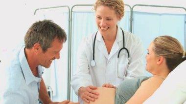 Nurse examining a pregnant woman — Stock Video