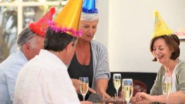Senior vänner fira en födelsedag — Stockvideo