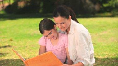 Annesi kızına okuma — Stok video