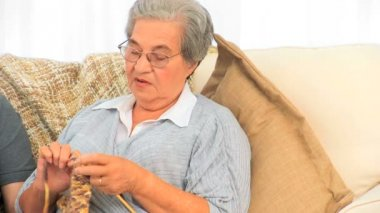 Woman knitting and talking with her husband — ストックビデオ