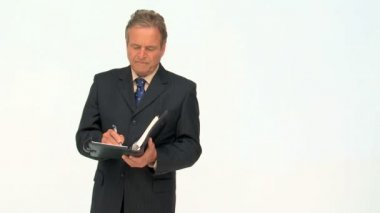 Mature businessman taking notes — Stock Video