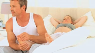 Man massaging feet of his pregnant wife — Stock Video