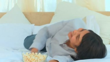 Casual asian woman watching tv — Stock Video