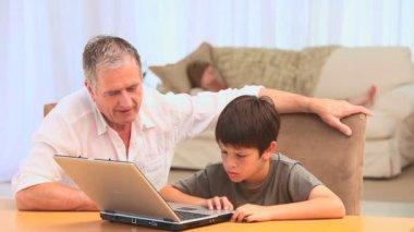 Un nonno e il nipotino utilizzando un computer portatile — Video Stock