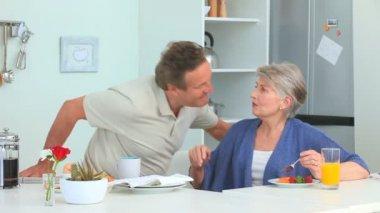 Älteres Ehepaar, wobei das Frühstück — Stockvideo
